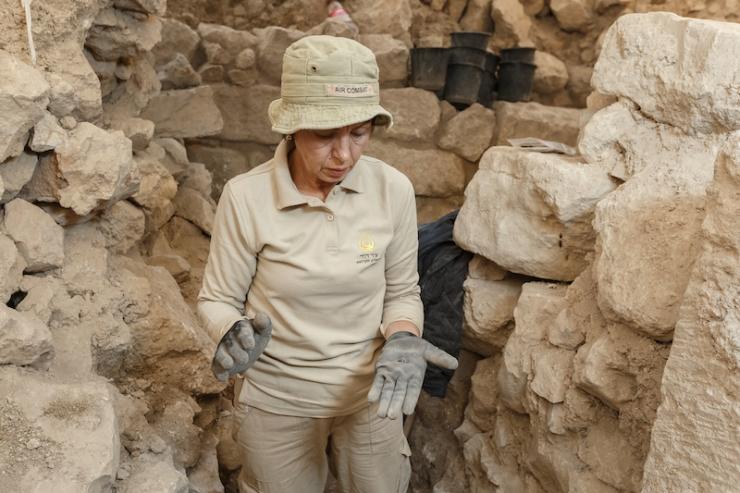 - 3 - Sveta Pnik aan het werk op de plek waar de zegelafdruk is gevonden